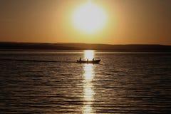 De zon verlicht de dageraad van de dag voor de vissers stock foto
