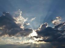 de zon verschijnt tussen wolken Royalty-vrije Stock Foto's