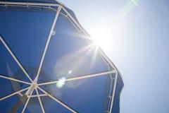 In de zon! Zon en paraplu Stock Afbeeldingen