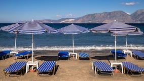 De Zonbedden van de strandvakantie Royalty-vrije Stock Fotografie