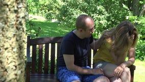 De zondige echtgenootman vraagt zijn boze vrouwenvrouw om vergiffenis 4K stock videobeelden