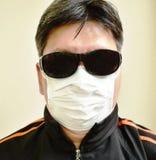de zonglas van de mensenslijtage en hygiënisch masker voor beschermde verontreiniging op witte achtergrond royalty-vrije stock foto's