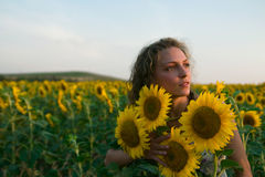 De zonnebloemen van het meisje royalty-vrije stock foto's