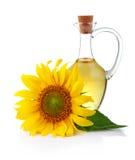 De zonnebloemolie van de kruik met bloem die op wit wordt geïsoleerd Stock Foto's