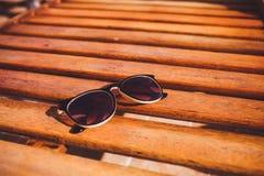De zonnebril ligt op het hout van de zonlanterfanter Royalty-vrije Stock Afbeelding