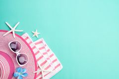 De zonnebril van strandtoebehoren, het strandhoed van de wipschakelaarzeester en overzeese shell op Groenboekachtergrond voor de  royalty-vrije stock afbeelding