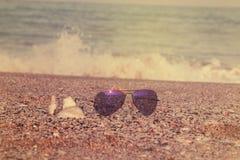 De Zonnebril van de zomertoebehoren in de Zomerconcept van het kuststrand Stock Afbeeldingen
