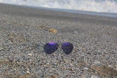 De Zonnebril van de zomertoebehoren in de Zomerconcept van het kuststrand Royalty-vrije Stock Afbeelding