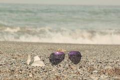 De Zonnebril van de zomertoebehoren in de Zomerconcept van het kuststrand Royalty-vrije Stock Foto's