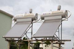 De zonnecollector installeerde op het dak van het huis stock afbeelding