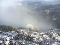 De zonnehalo Gloria, brocken spook, brocken boog of de zeldzame optische illusie van het bergspook in hoge berg op green stock afbeeldingen