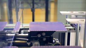 De zonnemodulecellen worden gelost van zich een mechanische kolom en verder het bewegen Innovatief productieconcept stock footage