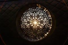 De zonnenstralen maken hun manier door het gietijzer gesmede decoratieve rooster stock foto's