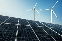 De zonnepanelen en een windmolen produceren elektriciteit van de zon royalty-vrije stock fotografie