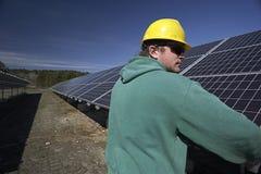 De zonnepanelen inspecteerden door werkman Royalty-vrije Stock Foto's