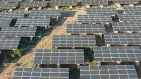 De Zonnepanelen4k satellietbeeld van de duurzame energie Zonneelektrische centrale stock videobeelden