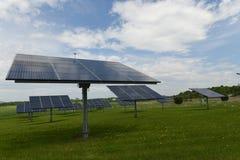 De zonnepanelen op een grasrijk gebied tonen duurzame energie aan Royalty-vrije Stock Fotografie