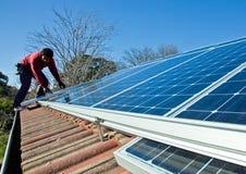 De zonnepanelen van de montage aan dak Royalty-vrije Stock Foto