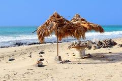 De zonneschijn blauwe oceaan van het strostrand parasols, Kaapverdië, Afrika Stock Fotografie