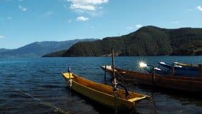 De zonneschijn van de bezinning van de boot stock afbeeldingen