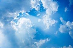 De zonnestraal glanst door de wolk op de blauwe hemel royalty-vrije stock fotografie