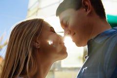 De zonnestraal, de zon tussen de lippen en de gezichten van een houdend van paar dateert de zon glanst op de gezichten, de strale royalty-vrije stock foto