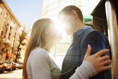 De zonnestraal, de zon tussen de lippen en de gezichten van een houdend van paar dateert de zon glanst op de gezichten, de strale royalty-vrije stock fotografie