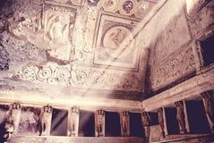 De zonnestralen gaat de oude Roman baden van Pompei in royalty-vrije stock afbeelding