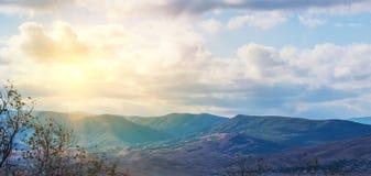 De zonnestralen kijken door wolken stock foto's