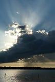 De zonnestralen stralen over Geneeskundemeer uit in Plymouth, Minnesota royalty-vrije stock fotografie