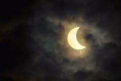 De zonneverduistering in de bewolkte hemel Royalty-vrije Stock Fotografie