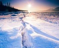 De zonnige bevroren Tagish-barst Yukon Canada van het Meerijs Stock Foto