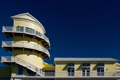 De zonnige bouw met torens op blauwe hemel Stock Foto's