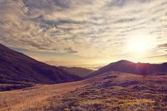 De zonnige dag is in het berglandschap Royalty-vrije Stock Afbeeldingen