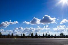 De zonnige dag van de stads†weg ‹â€ ‹ Stock Foto