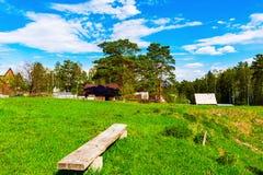De zonnige dag van de zomer Rustiek landschap Groene Bos, Blauwe Hemel stock afbeelding
