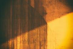 De zonnige en doorstane achtergrond van de steenmuur Royalty-vrije Stock Foto's