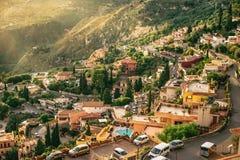De zonnige stad met berglandschap, Sicilië, Italië Stock Afbeelding