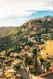 De zonnige stad met berglandschap, Sicilië, Italië Stock Foto