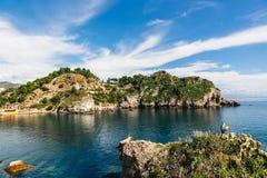 De zonnige stad met mooie mening over berg, landschap, Sicilië, Italië Stock Foto's