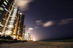 De zonnige van de het strandnacht van de eilandenkustlijn meningen van de de volle maanstad Royalty-vrije Stock Afbeeldingen