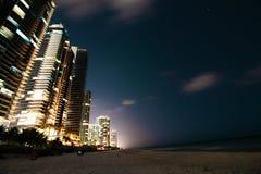 De zonnige van de het strandnacht van de eilandenkustlijn meningen van de de volle maanstad Stock Afbeelding