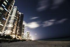 De zonnige van de het strandnacht van de eilandenkustlijn meningen van de de volle maanstad Stock Fotografie