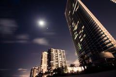 De zonnige van de het strandnacht van de eilandenkustlijn meningen van de de volle maanstad Royalty-vrije Stock Fotografie