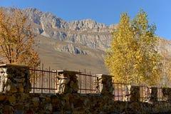 De zonnige warme herfst in de bergen stock fotografie