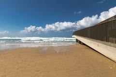 De zonnige wolken van de daglucht en blauwe overzees Royalty-vrije Stock Afbeelding