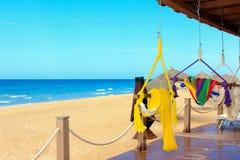 De zonoceaan en hangmatten van het zand Stock Afbeeldingen