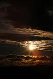 De zononderbreking door donkere wolken. Royalty-vrije Stock Foto