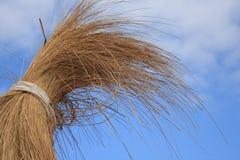 De zonparaplu van het bamboe onder blauwe hemel Royalty-vrije Stock Foto's