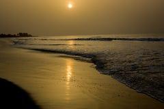 De zonreeksen bij Kotu-strand in Gambia Stock Afbeeldingen